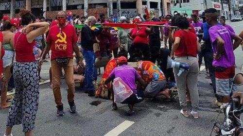 [Mulher é atropelada no ato Fora Bolsonaro de Recife; motorista sacou arma]