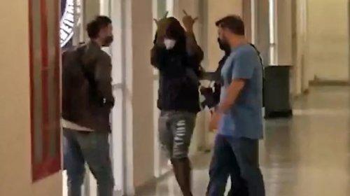 [Polícia localiza Nego do Borel em motel no Rio; cantor faz gesto obsceno ao chegar a delegacia...]