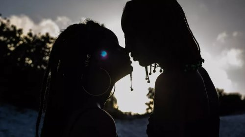[Histórias de amor entre mulheres reforçam visibilidade lésbica e bissexual em campanha nas redes sociais]